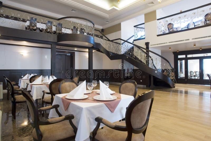 Het dineren van de luxe zaalbinnenland royalty-vrije stock afbeeldingen