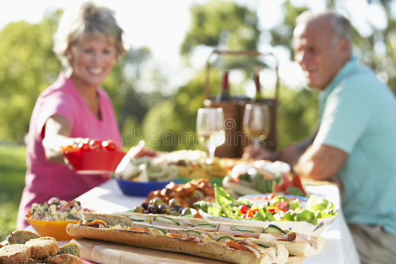 Het Dineren van het paar Al Fresko stock foto