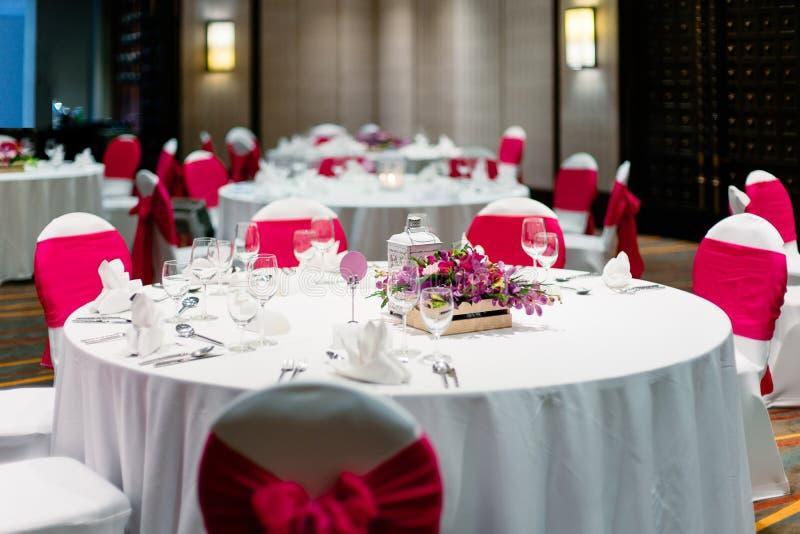 Het dinerlijst van de huwelijksontvangst, witte en rode themastoelen royalty-vrije stock fotografie