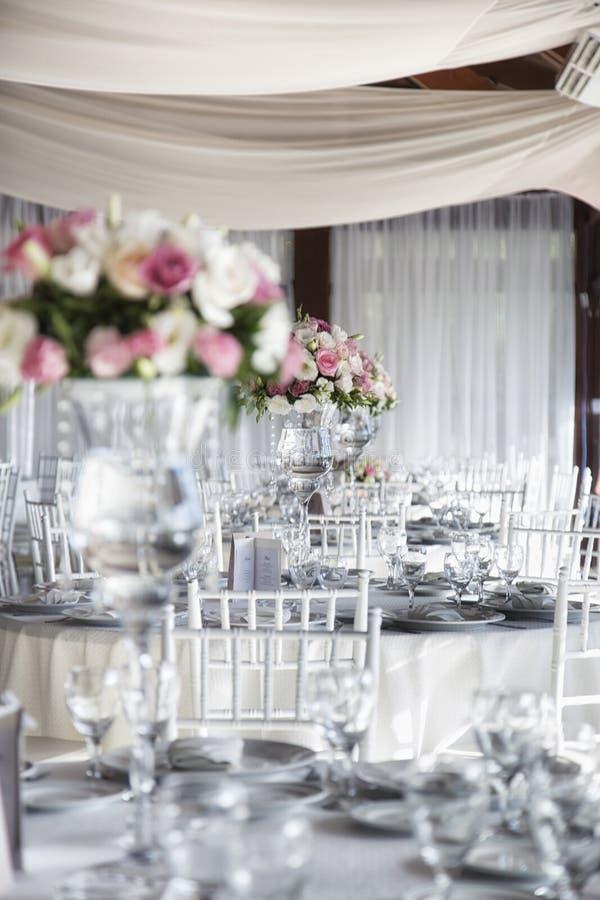Het Dinerlijsten van de huwelijksontvangst met Bloemen stock foto