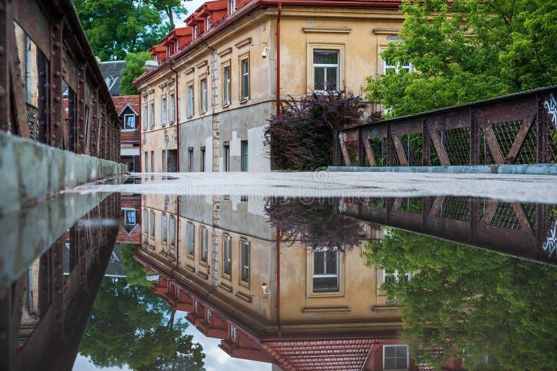 Het District en de Brug van Vilniusuzupis met Waterbezinning litouwen stock foto's