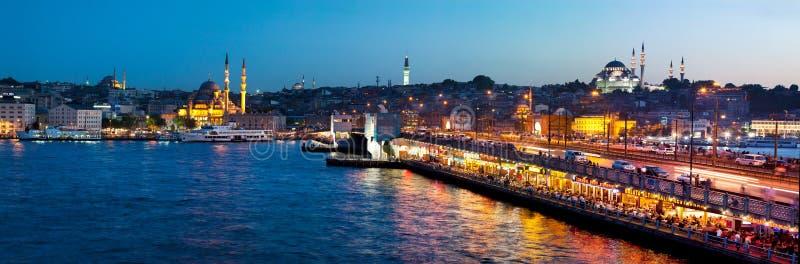 Het district van Eminonu van de Galatabrug en Gouden Hoorn bij nacht, Istanboel - Turkije stock afbeelding
