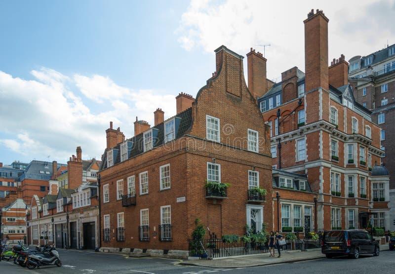 Het district van Londen ` s Mayfair kenmerkt historische rode baksteenflatgebouwen royalty-vrije stock afbeeldingen