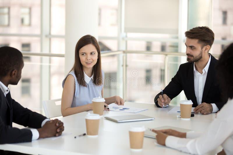 Het diverse commerciële team bespreken die samen op vergadering zitten royalty-vrije stock foto