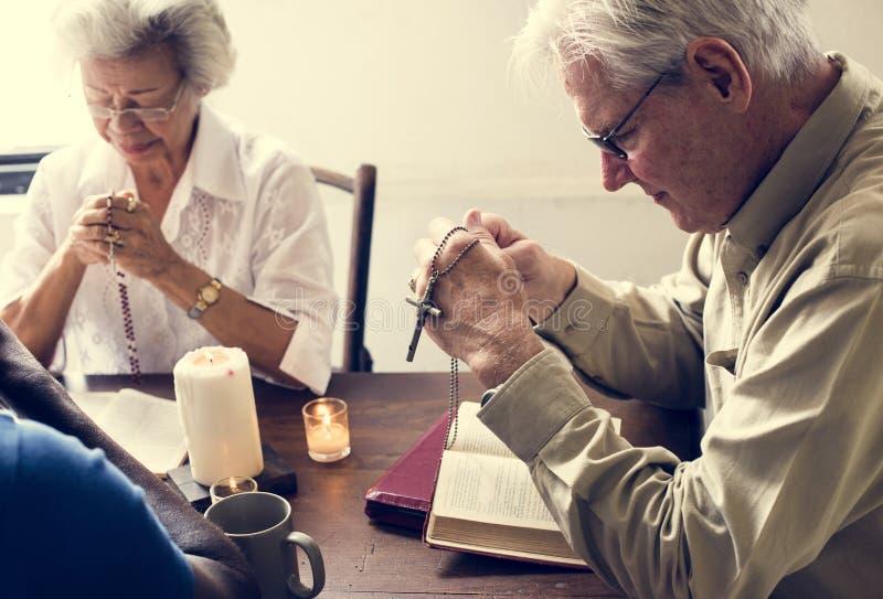 Het diverse godsdienstige Hogere mensen bidden stock fotografie
