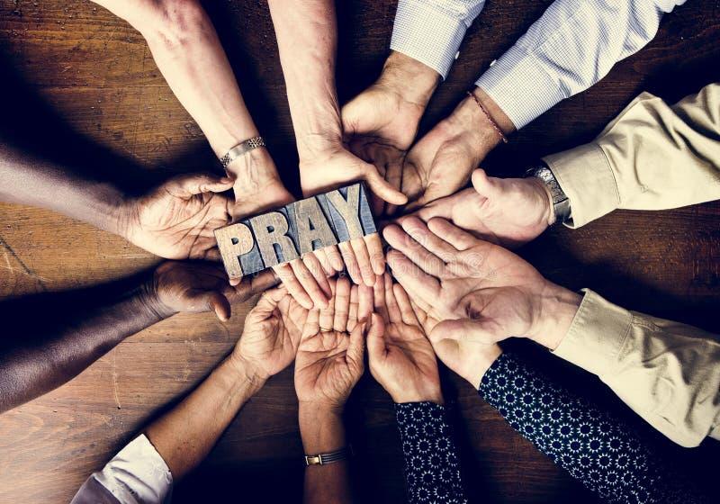 Het diverse mensen houden bidt plaat godsdienstig concept royalty-vrije stock foto's