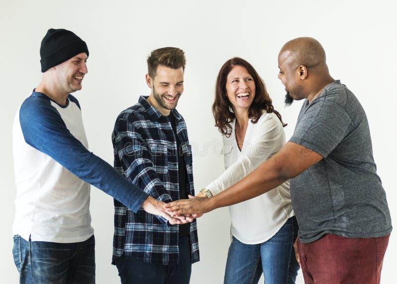 Het diverse mensen toetreden overhandigt samen groepswerk en communautair concept royalty-vrije stock afbeelding