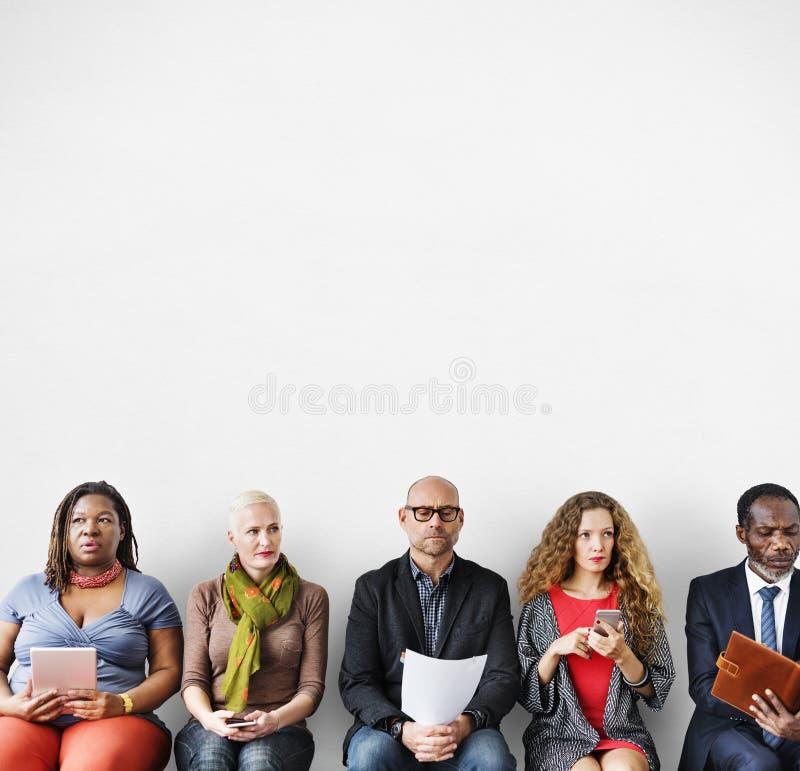 Het diverse Wachtende Concept van de Groeps Mensen Communautaire Zitting royalty-vrije stock foto