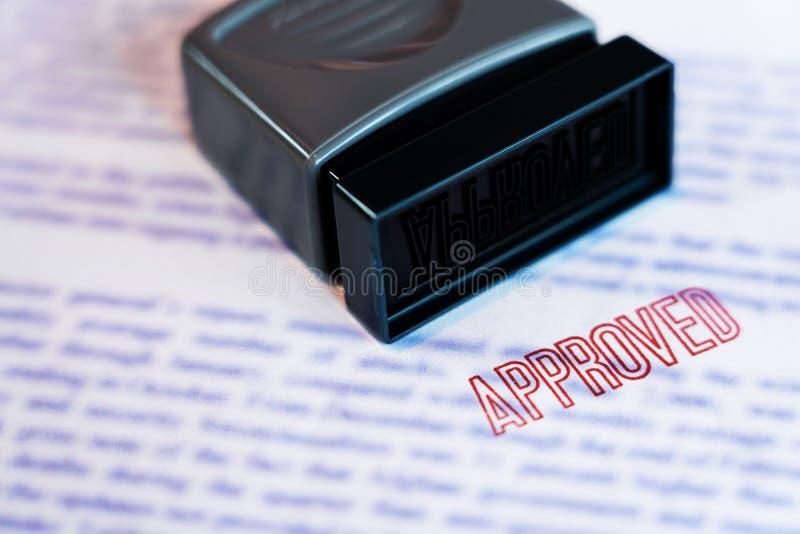 Het document dat is gestempeld drukte op Goedgekeurd in grote diagonale rode teksten en rubberzegel, Bedrijfskredietconcept royalty-vrije stock afbeelding