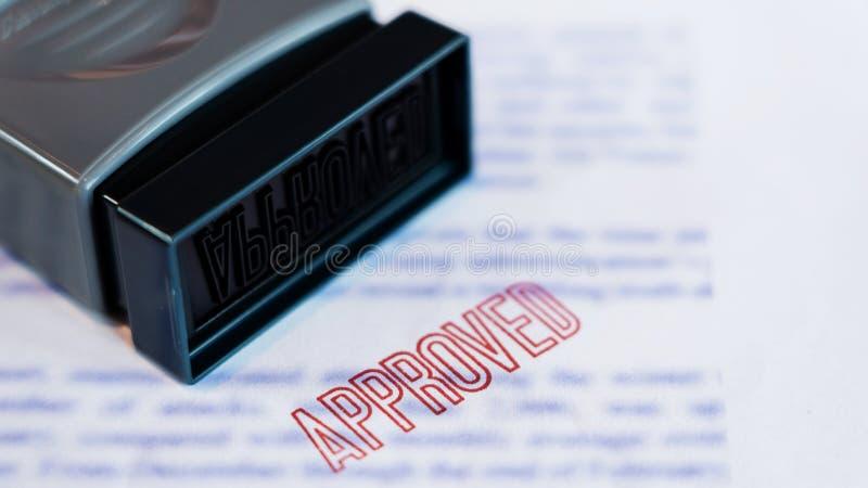 Het document dat is gestempeld drukte op Goedgekeurd in grote diagonale rode teksten en rubberzegel, Bedrijfskredietconcept stock afbeeldingen