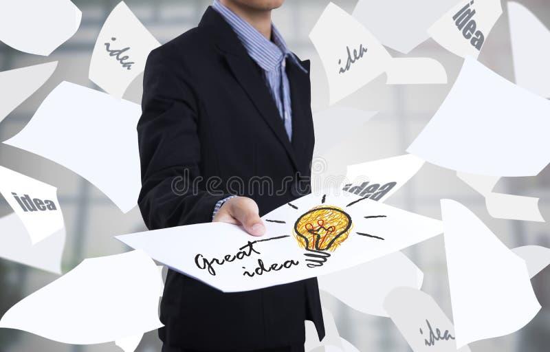 Het document van de bedrijfshandholding gloeilampenconcept voor groot idee royalty-vrije stock afbeelding