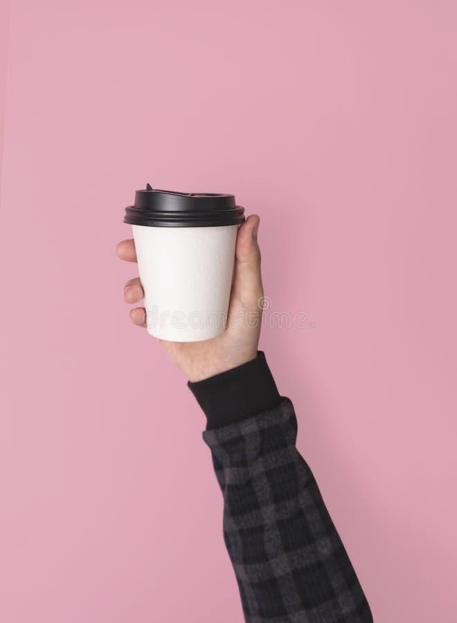 Het document van de hand holdinf koffie kop model voor creatief ontwerpmerk royalty-vrije stock afbeelding