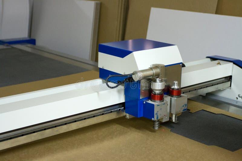 Het document van de laser scherpe plotter productiefabriek stock afbeeldingen
