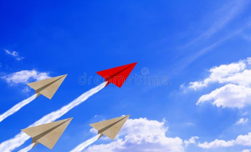 Het Document van het leidingsconcept Vliegtuig op Blauwe Hemel stock afbeelding