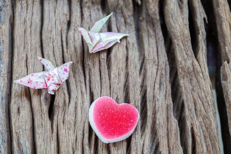 Het document van het origamipaar kraan en hart stock afbeeldingen