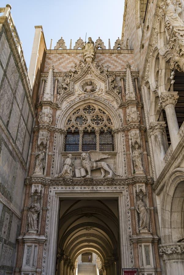 Het Dodge-hertogpaleis entrace in de stad van Venetië in Italië stock afbeeldingen