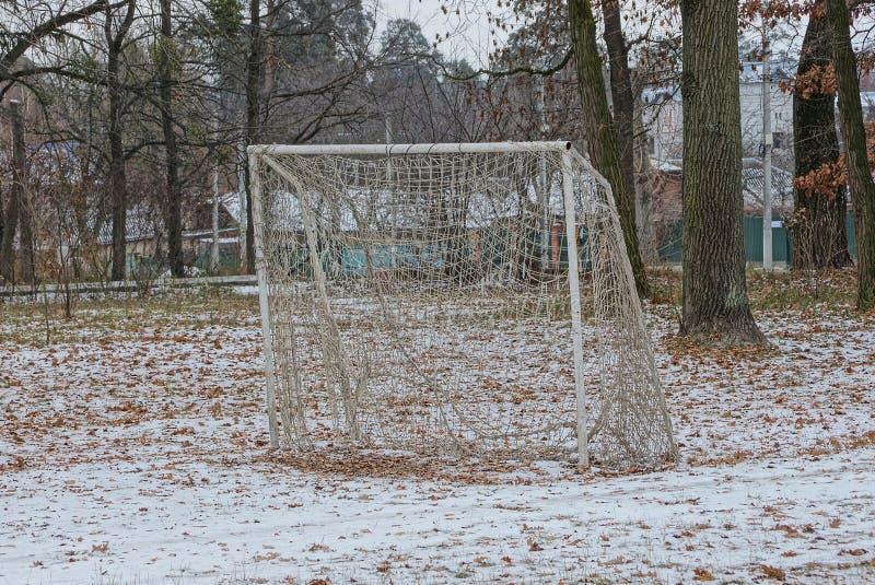 Het doel van de ijzervoetbal met netto in de sneeuw onder de bomen in het de winterpark royalty-vrije stock afbeelding