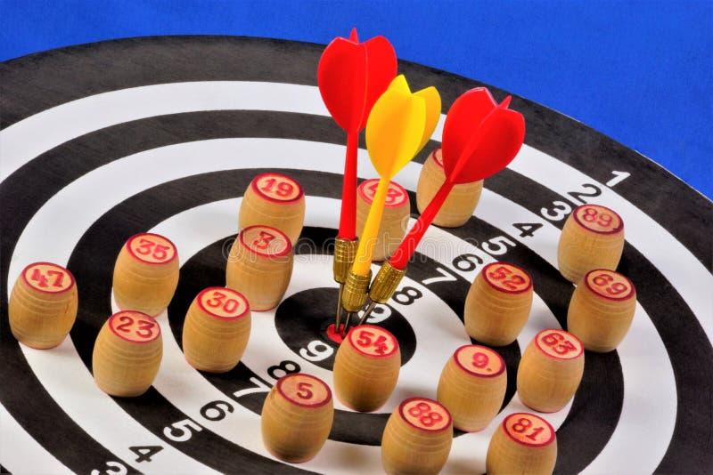 Het doel van de sport van Pijltjes en bingospaanders Werpt spel waarin de spelersrivalen Pijltjes bij een rond doel werpen om te  royalty-vrije stock foto's