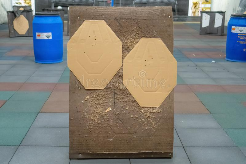 Het doel van het kartonsilhouet in het streepje Document die doel met kogelgaten schieten stock afbeeldingen