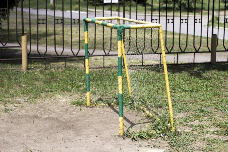Het doel van het kinderen` s voetbal in de werf stock afbeeldingen