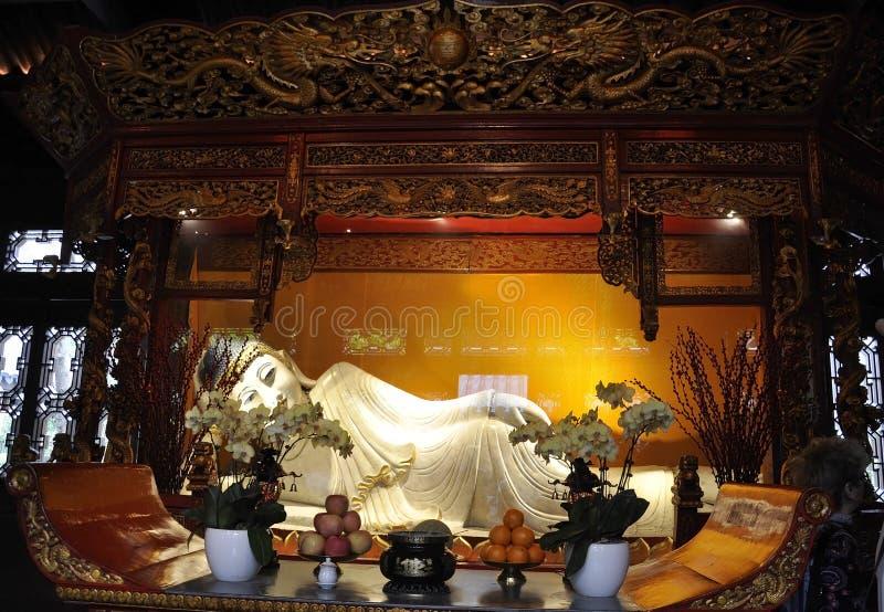 Het het Doen leunen Boedha witte jadestandbeeld van het Jade Buddha Temple-binnenland in Shanghai royalty-vrije stock foto's