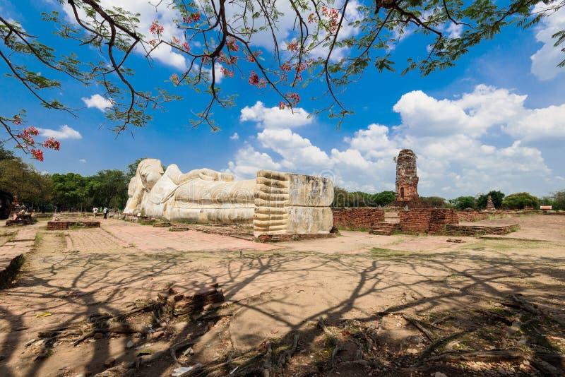 Het doen leunen van het standbeeld van Boedha in Ayuttaya, Thailand stock foto