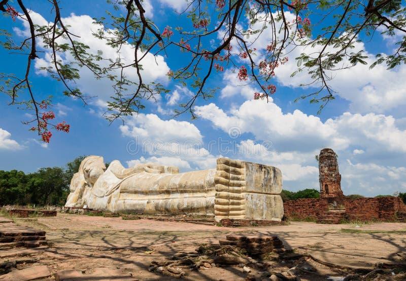 Het doen leunen van het standbeeld van Boedha in Ayuttaya, Thailand royalty-vrije stock afbeelding