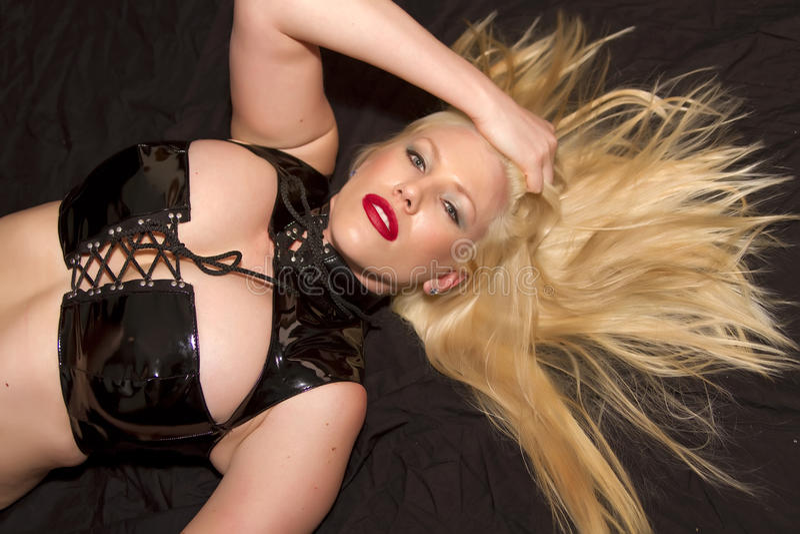 Het doen leunen van vrij jonge blonde vrouw stock foto