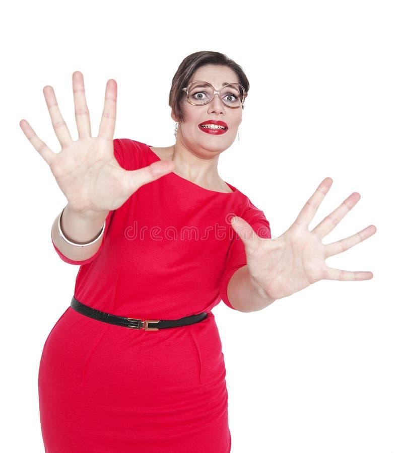 Het doen schrikken gillen mooi plus geïsoleerde groottevrouw in rode kleding stock foto
