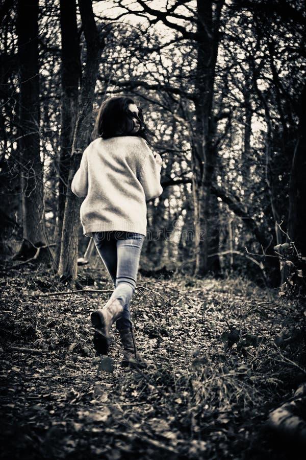 Het doen schrikken meisje lopen stock afbeelding