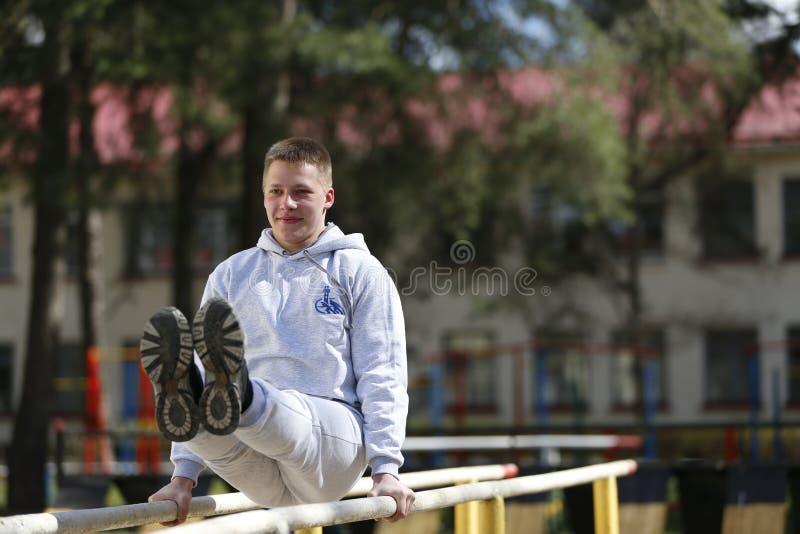 Het doen van gymnastiek royalty-vrije stock fotografie