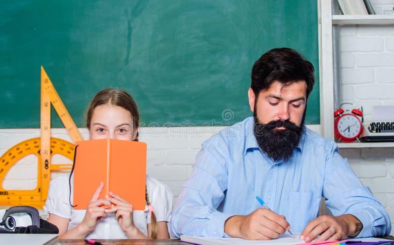 Het doen van onderzoek dochterstudie met vader Lerarendag Terug naar School Het priv? onderwijs De Dag van de kennis Huis royalty-vrije stock foto's