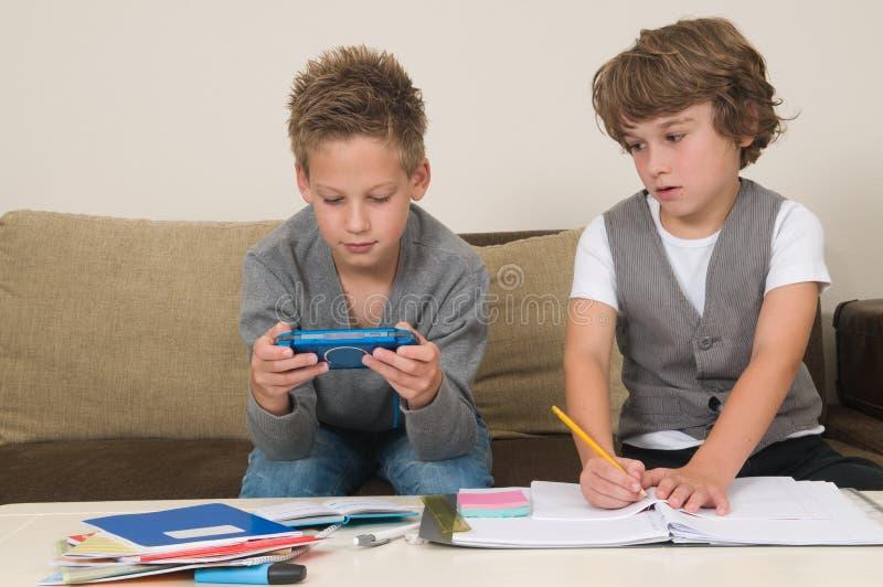 Het doen van thuiswerk terwijl gokken royalty-vrije stock foto's