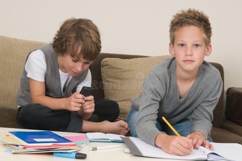 Het doen van thuiswerk terwijl gokken stock afbeelding
