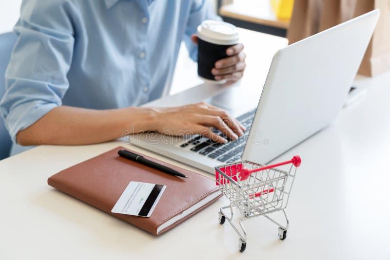 Het doend online thuis het Winkelen op Digitale Tablet, vindt doorbladeren behoefte en wil de drang van de productinhoud om met c royalty-vrije stock fotografie