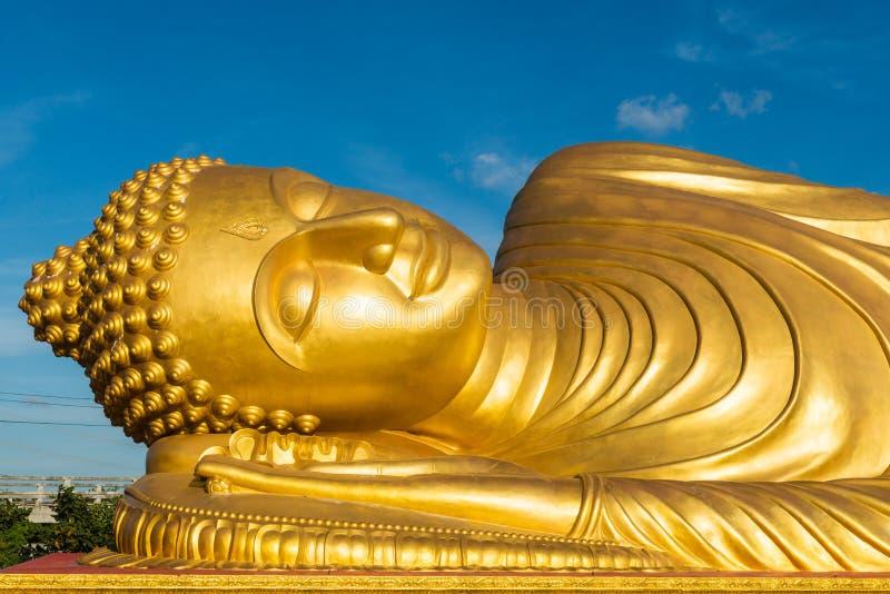 Het doende leunen Gouden standbeeld van Boedha stock afbeelding