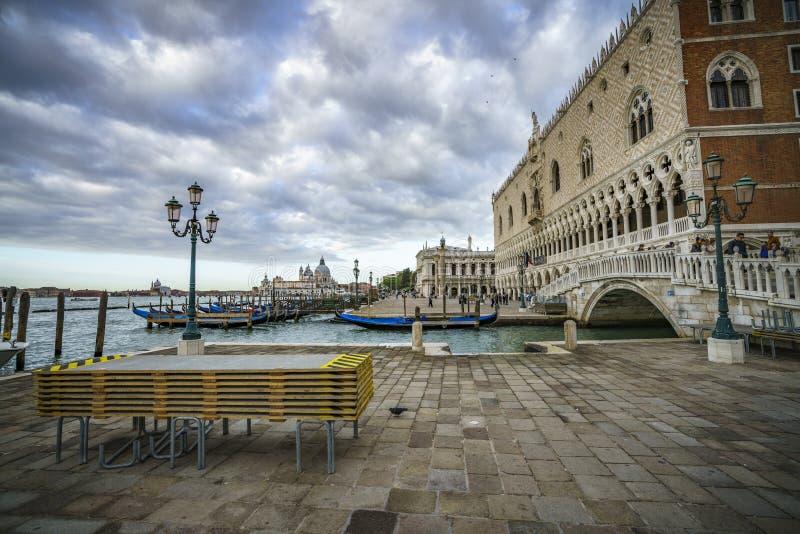 Het doge` s paleis op de st tekens regelt in Venetië op een donker CLO stock foto