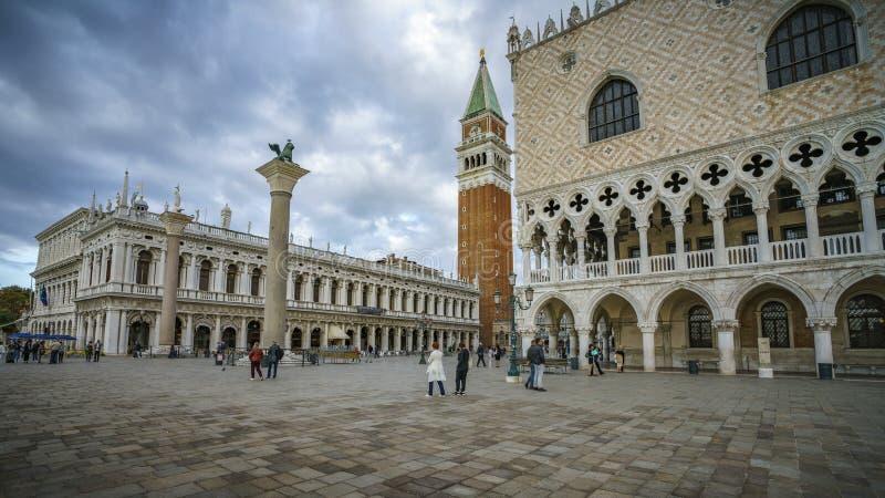 Het doge` s paleis op de st tekens regelt in Venetië op een donker CLO royalty-vrije stock afbeelding