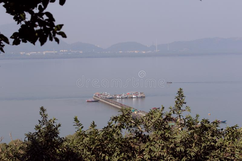 Het dok van het Elephantaeiland, dichtbij Mumbai in Arabische Overzees royalty-vrije stock fotografie