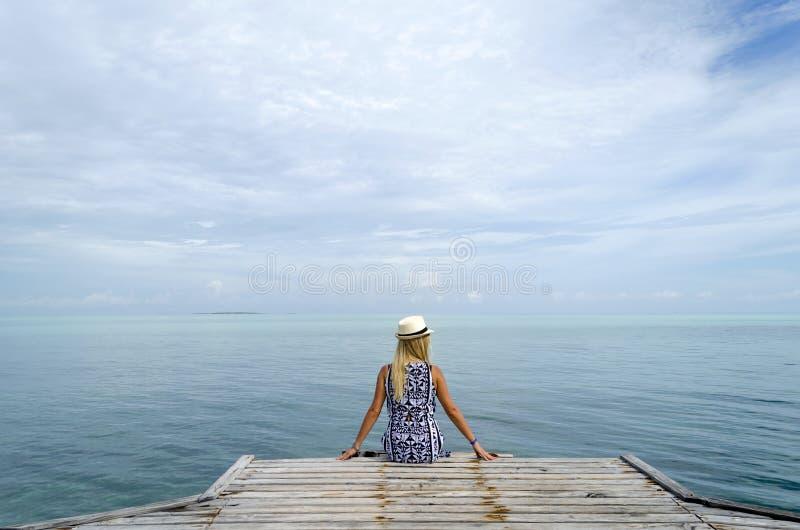 Het dok van Pasarelahemingway met jonge vrouw royalty-vrije stock fotografie