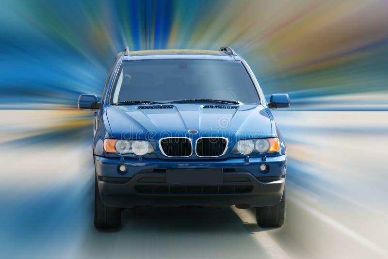 Het donkerblauwe off-road auto drijven stock foto's