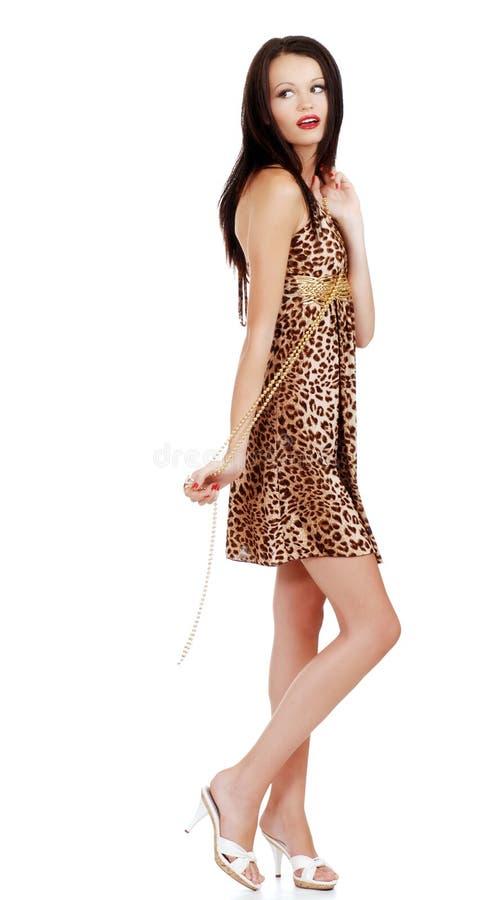 Het donkerbruine vrouw spelen met gouden parels stock foto's