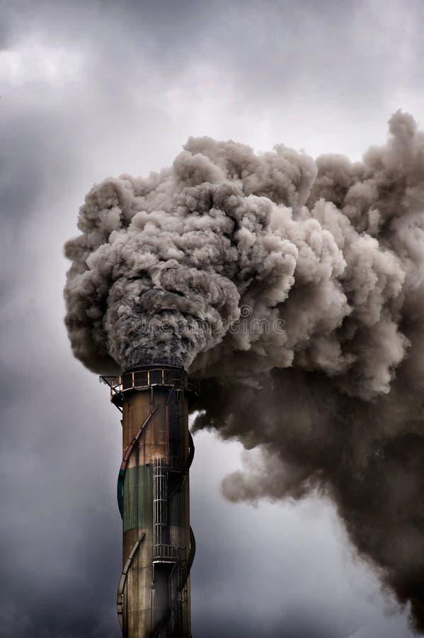 Het donkere rook gieten in de atmosfeer stock afbeelding