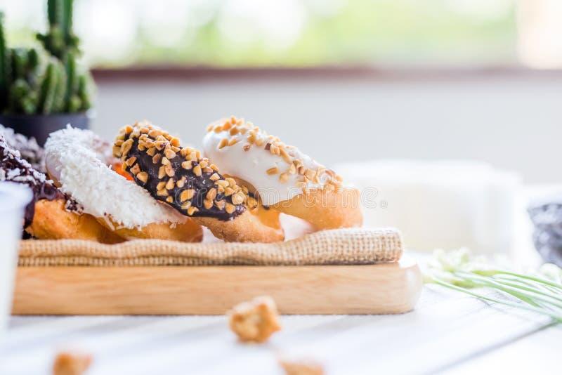 Het Donutsbrood bestrooit Eet met verse melk royalty-vrije stock foto's