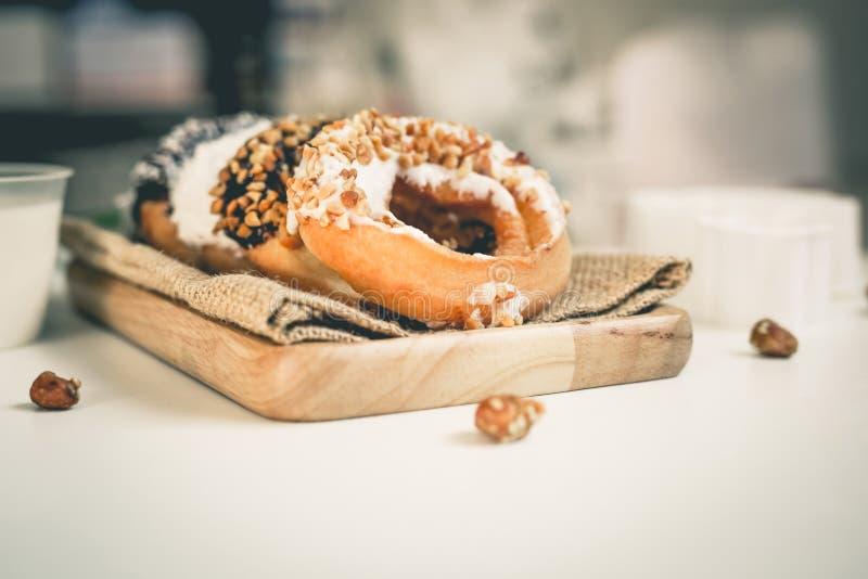 Het Donutsbrood bestrooit Eet met verse melk stock afbeeldingen