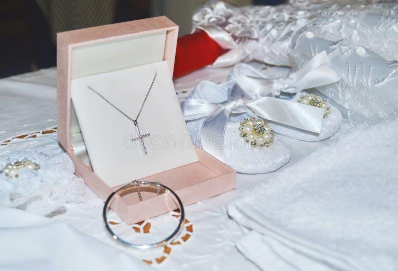 Het doopselschoenen en kruis van het babymeisje royalty-vrije stock foto