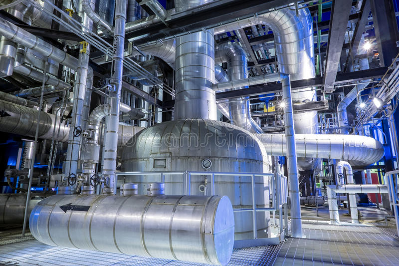 Het door buizen leiden met isolatie van boiler stock foto