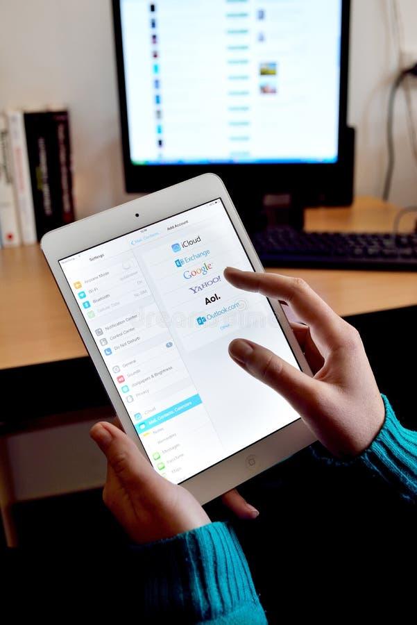 Het doorbladeren e-maildiensten op Ipad royalty-vrije stock afbeelding