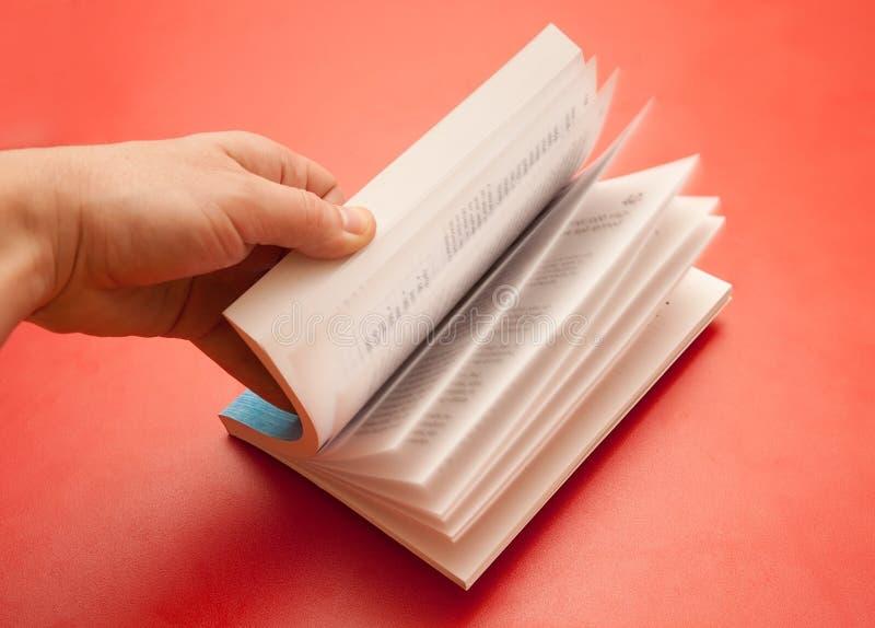 Het doorbladeren van het boek stock afbeeldingen