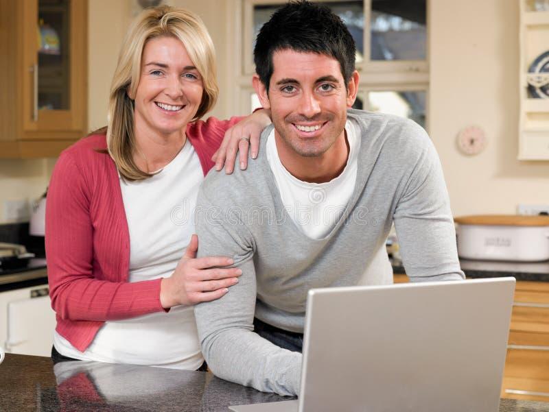 Download Het Doorbladeren Van Internet Stock Afbeelding - Afbeelding bestaande uit mensen, aantrekkelijk: 29508603